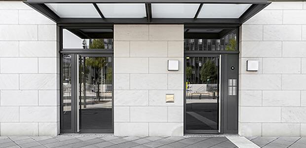 Zwei Glas-Türen mit Eingangselementen