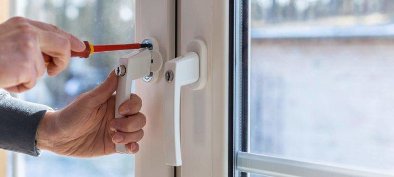 Mitarbeiter von Müller Fensterbau befestigt abschließbare Fenstergriffe