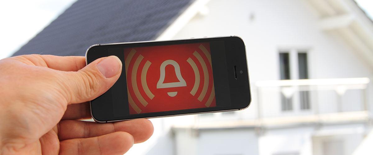 Mann mit Alarmanlage App