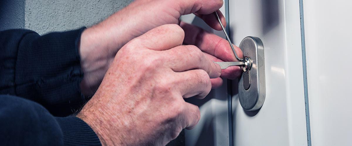 Einbrecher knacken haustüre per lock picking