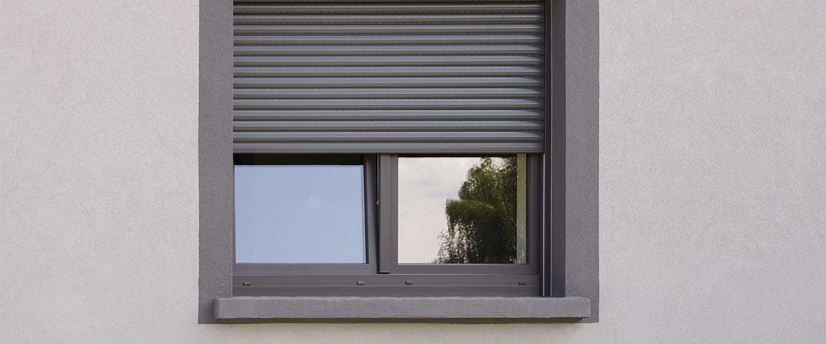 Dunkles Kunststofffenster mit Rolläden