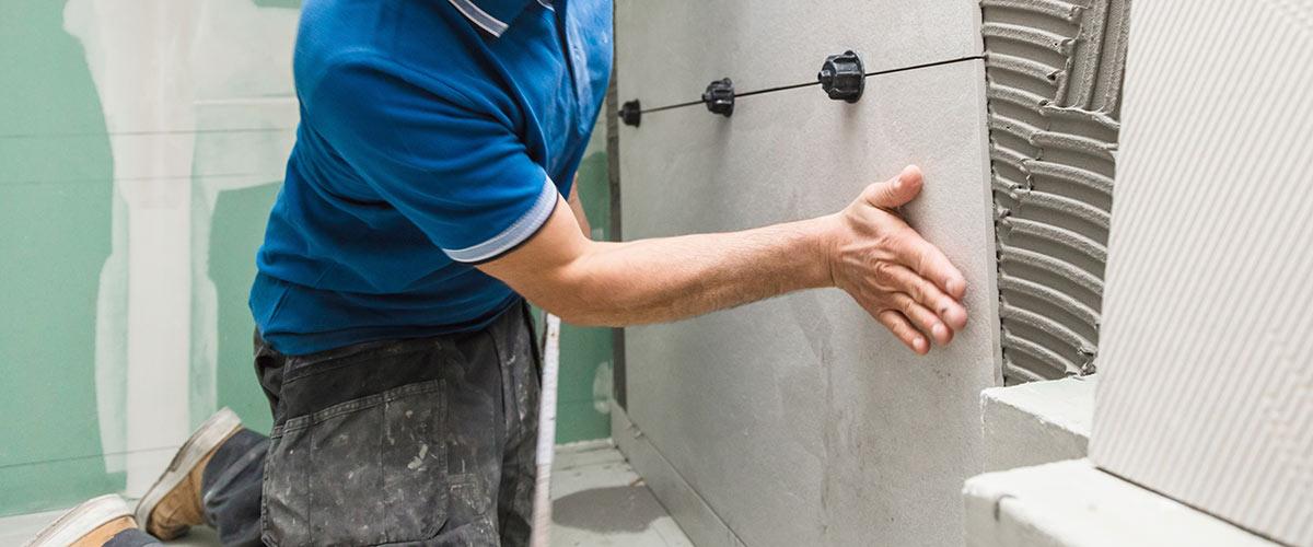 Mann renoviert Badezimmer